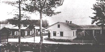 Ruotsalaisen kauppaliike aloitti toimintansa Nilsiässä tässä valkeassa rakennuksessa 1952. Nykyään mustan rakennuksen paikalla vasemmalla on Nilsiän Portti-liiketalo (KELA).
