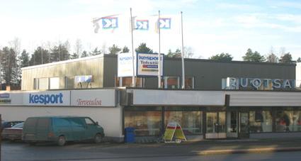 1960 - 1970 -luvuilla Ruotsalaisen K-tavaratalo toimi nykyisen Kauppakeskus Ruotsalaisen rakennuksessa. Nykyään Kauppakeskuksessa toimivat Kesport, Muotipiste, Rautia ja K-maatalous. (Kuva on otettu ennen syksyllä 2005 valmistunutta ilmeen uusimista)